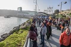 La imagen puede contener: 3 personas, multitud, cielo, puente, exterior y agua